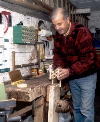Il sig. Arbonelli al lavoro nel suo laboratorio